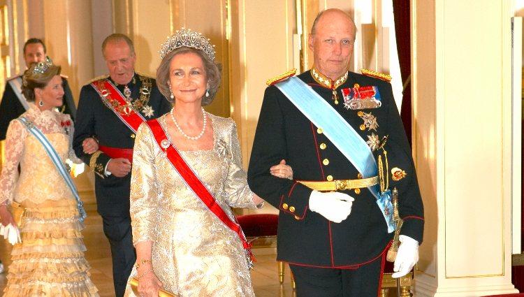 La Reina Sofía junto al Rey Harald de Noruega en una cena de gala
