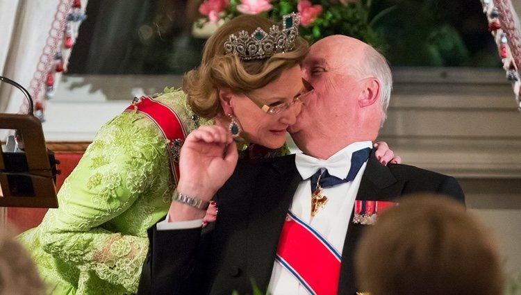 Harald de Noruega besa a su esposa durante la fiesta de su 80 cumpleaños