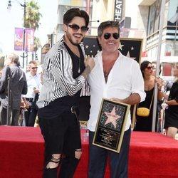 Adam Lambert acompaña a Simon Cowell en la entrega de su estrella en la Paseo de la Fama de Hollywood