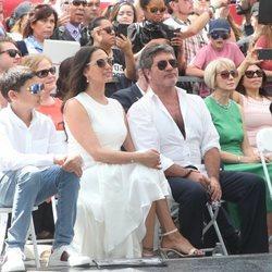 Simon Cowell espera acompañado de su familia a recibir su estrella en el Paseo de la Fama de Hollywood