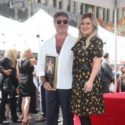 Kelly Clarkson acompaña a Simon Cowell en la entrega de su estrella en la Paseo de la Fama de Hollywood