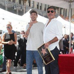 Louis Tomlinson acompaña a Simon Cowell en la entrega de su estrella en la Paseo de la Fama de Hollywood