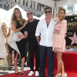 Heidi Klum, Howie Mandel y Mel B acompañan a Simon Cowell en su recibimiento de una estrella en el Paseo de la Fama de Hollywood