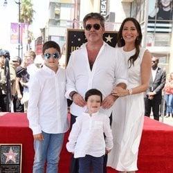 Simon Cowell recibe su estrella en el Paseo de la Fama de Hollywood junto a su familia