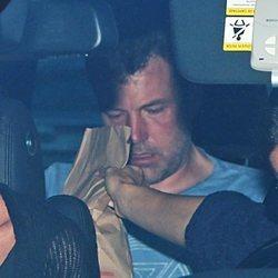 Ben Affleck de camino a ingresar a un centro de rehabilitación