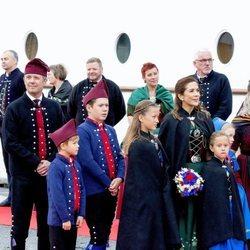 La Familia Real danesa en una visita en las Islas Faroe con trajes tradicionales