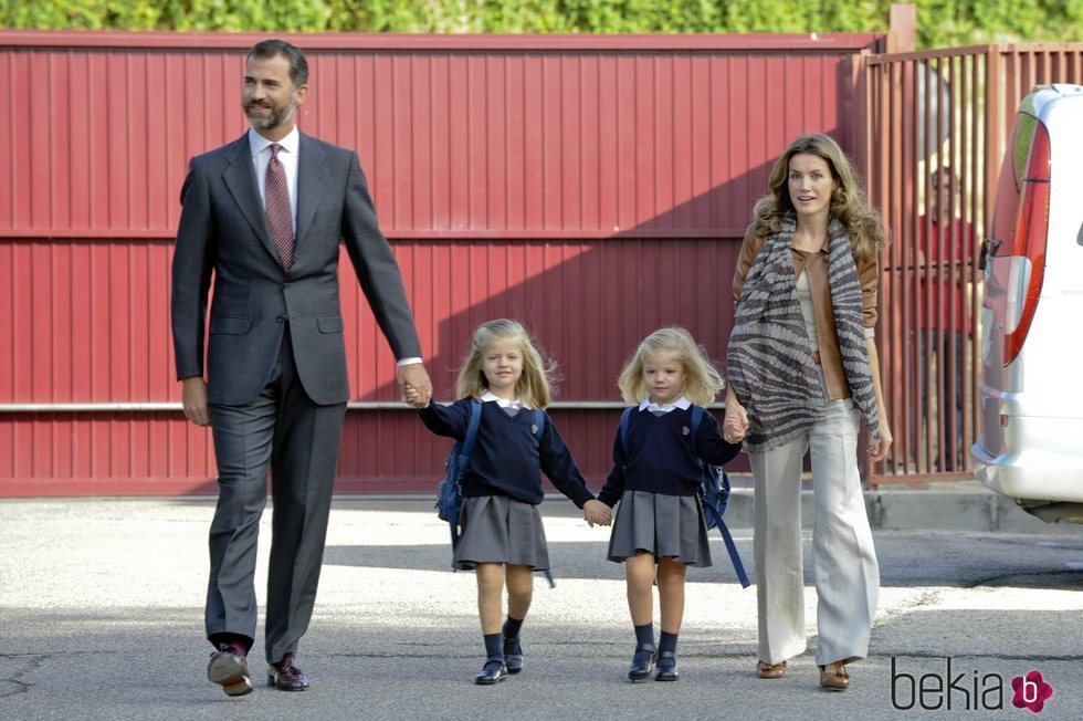 Los Reyes Felipe y Letizia junto a la Princesa de Asturias y la Infanta Sofía en el primer día del curso 2011