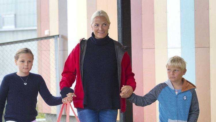 Mette-Marit de Noruega lleva a sus hijos, la Princesa Ingrid Alexandra y el Príncipe Sverre Magnus al colegio