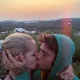 Chiara Ferragni y Fedez dándose un romántico beso en su viaje a Ibiza