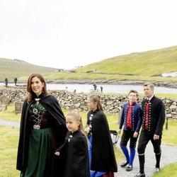 Federico y Mary de Dinamarca con sus hijos Christian, Isabel y Josefina yendo a misa en Islas Feroe