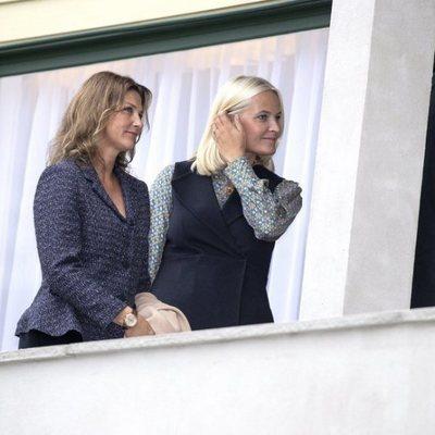 Marta Luisa de Noruega y Mette-Marit de Noruega en la inauguración de la casa-museo en la que vivió Sonia de Noruega antes de casarse