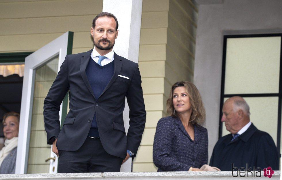 Haakon, Marta Luisa y Harald de Noruega en la inauguración de la casa-museo en la que vivió Sonia de Noruega antes de casarse