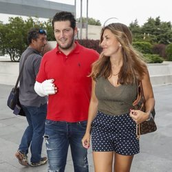 Manu Tenorio acompañado por su mujer Silvia Casas en su salida del hospital