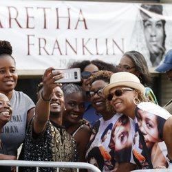 Fans de Aretha Franklin acudiendo a la capilla ardiente de la reina del soul