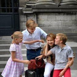 Isabel de Bélgica se despide de sus hermanos Gabriel, Manuel y Leonor antes de irse a estudiar a Reino Unido