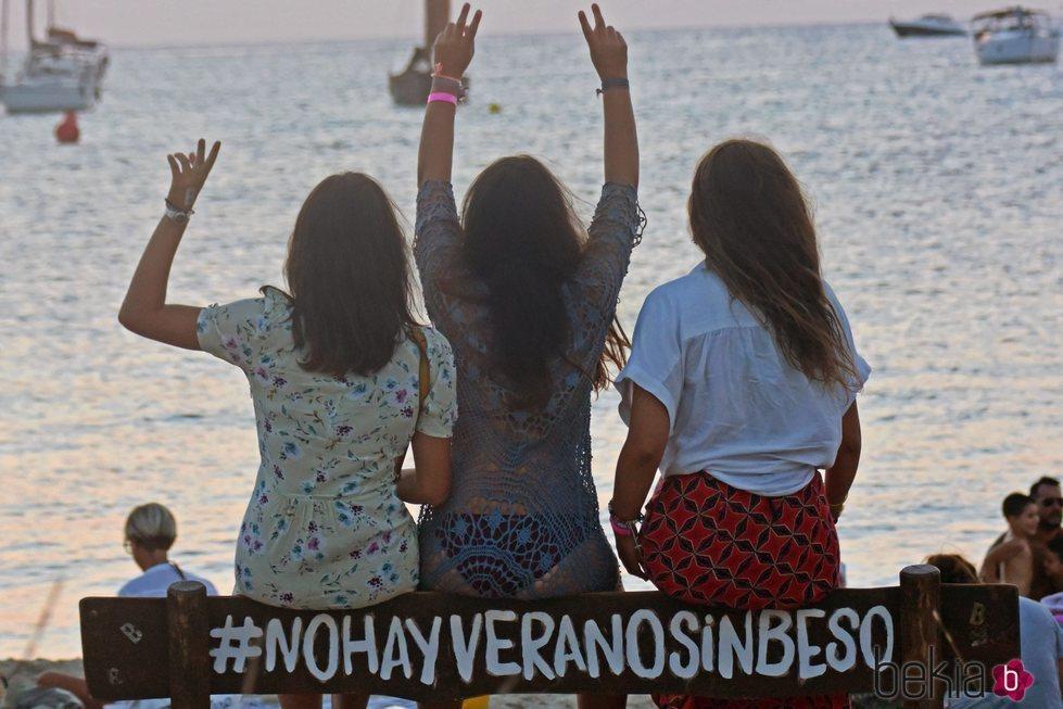 Tana Rivera (en el centro) con sus amigas en Formentera