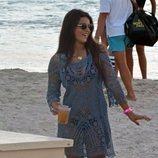 Tana Rivera con una copa en la playa de Formentera