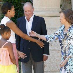 La Reina Sofía y Michelle Obama se saludan frente al Rey Juan Carlos y Sasha Obama