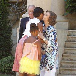 La Reina Sofía y Michelle Obama se saludan con un beso en Marivent