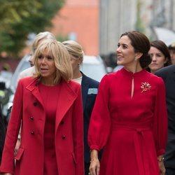 Brigitte Macron y Mary de Dinamarca en su visita a la Academia de las Bellas Artes de Copenhague