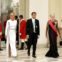 Margarita de Dinamarca con Emmanuel y Brigitte Macron en la cena de gala en su honor