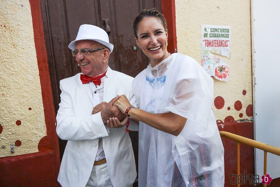 Alba Carrillo con un apuesto pretendiente en la Tomatina de Buñol
