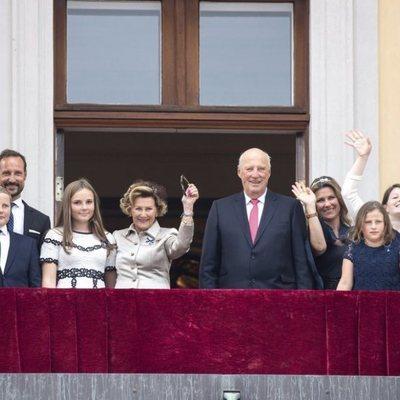 Los Reyes de Noruega celebran sus Bodas de Oro con sus hijos y sus nietos