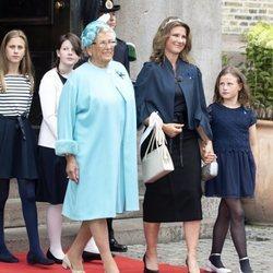 Astrid de Noruega y Marta Luisa de Noruega con sus hijas en las Bodas de Oro de los Reyes Harald y Sonia
