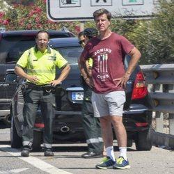 Cayetano Martínez de Irujo en el arcén tras sufrir un accidente de coche