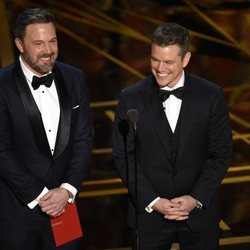 Ben Affleck y Matt Damon presentando los Oscar de 2017