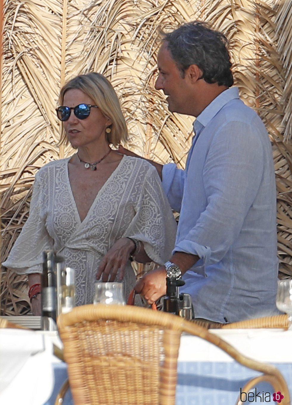 Eugenia Martínez de Irujo y Narcís Rebollo en un chiringuito de Ibiza