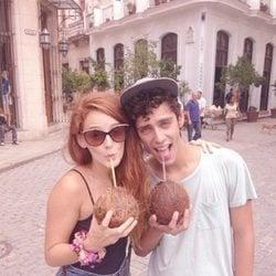 Eduardo Casanova y Ana Polvorosa tomando una copa