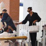 Bradley Cooper e Irina Shayk montándose en una lancha en Venecia con su hija