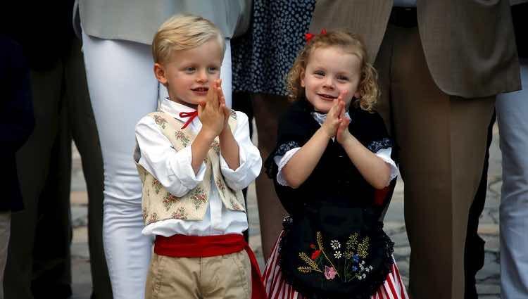 Los Príncipes Jacques y Gabriella de Mónaco aplaudiendo en el picnic del final del verano 2018