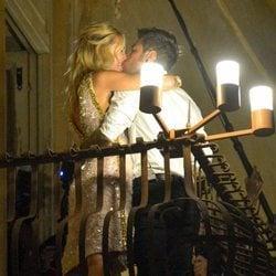 Chiara Ferragni y Fedez besándose en el balcón frente a sus fans en su preboda