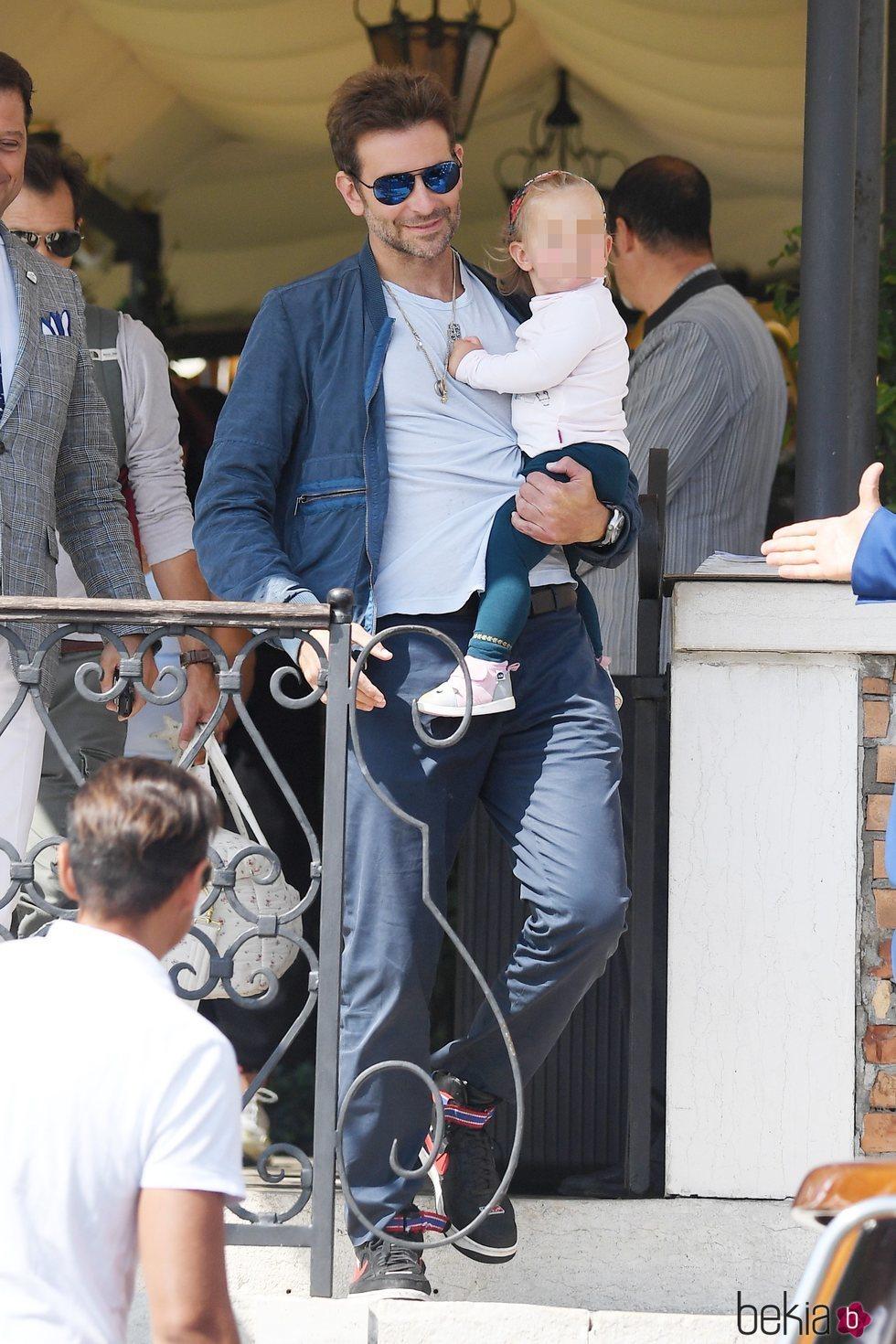 Bradley Cooper dando un paseo por Venecia con su hija