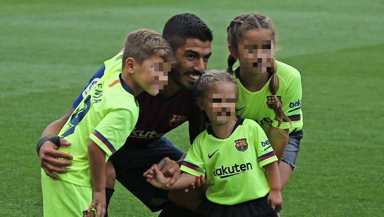 Luis Suárez con sus tres hijos celebrando la victoria del Barça