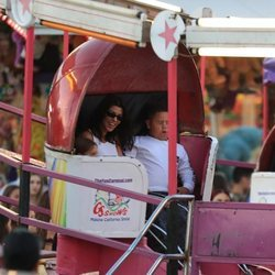Kourtney Kardashian con sus hijos en una feria de Malibú