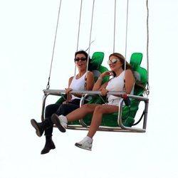 Kourtney Kardashian con su amiga Larsa Younan en una feria de Malibú