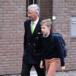 Felipe de Bélgica lleva al Príncipe Gabriel a su primer de colegio