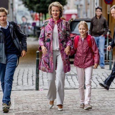 Matilde de Bélgica lleva a sus hijos Gabriel y Leonor a su primer día de colegio