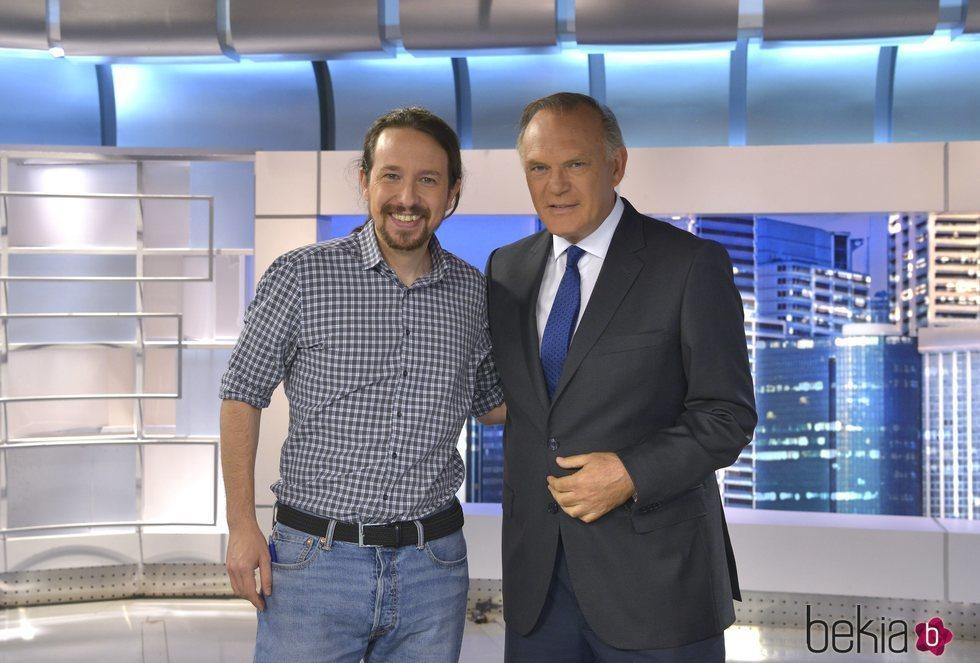 Pablo Iglesias y Pedro Piqueras posando antes de su entrevista en Telecinco