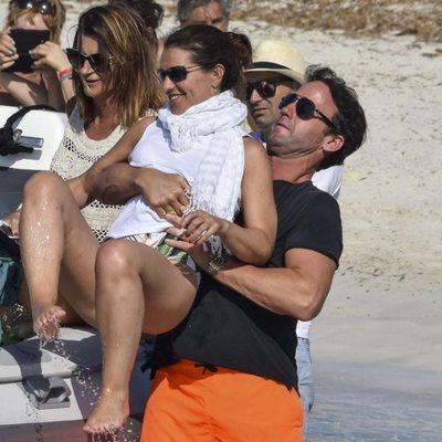 Álvaro Muñoz Escassi y Carmen Matutes durante unas vacaciones en Ibiza