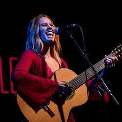 Manuela Vellés disfrutando en uno de sus conciertos