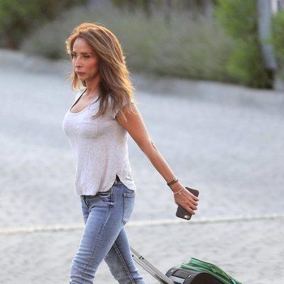 María Patiño con una maleta por las calles de Madrid