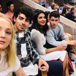 Joe y Nick Jonas junto a sus prometidas, Sophie Turner y Priyanka Chopra en el USA Open 2018