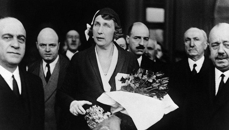 La Reina Victoria Eugenia a su llegada a París tras la proclamación de la II República en 1931