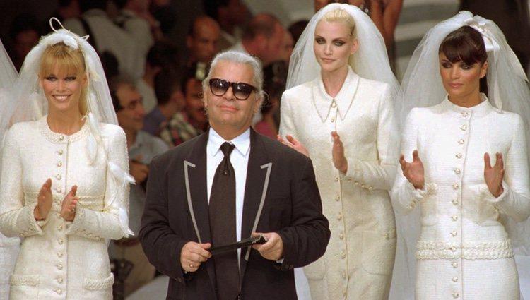 Karl Lagerfeld con Claudia Schiffer, Nadia Auermann y Helena Christensen en el desfile de Chanel 1995/1996 en París