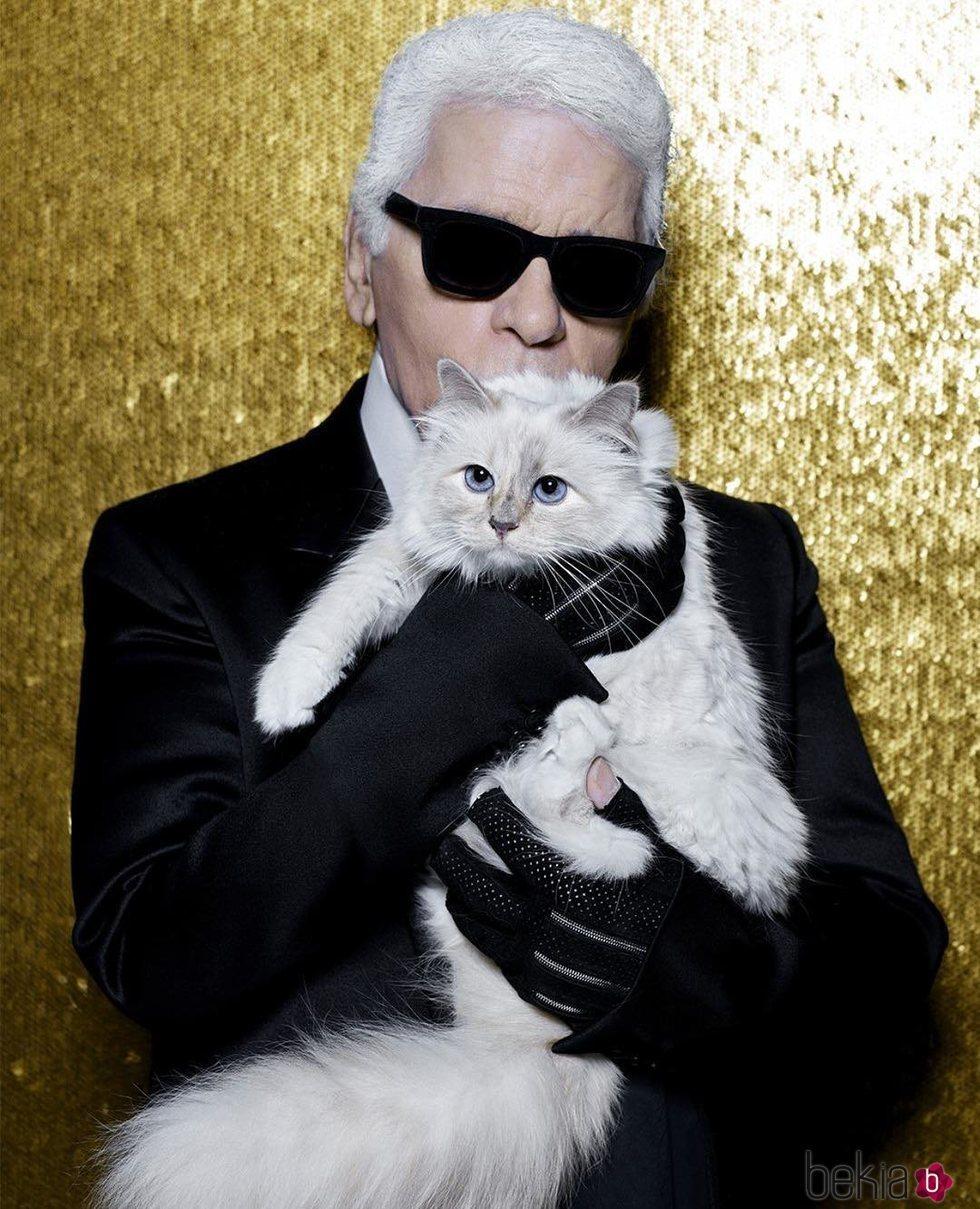 Karl Lagerfeld posando con su gata Choupette