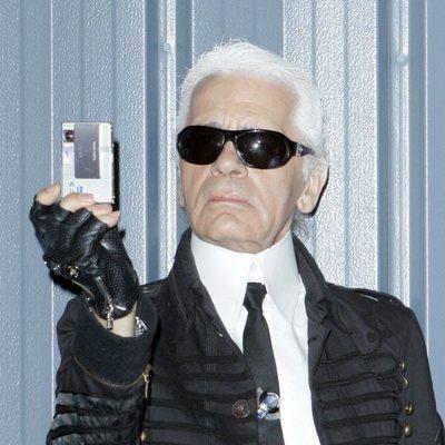 Karl Lagerfeld realizando una fotografía en el desfile de Chanel 2007 en Santa Mónica